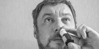Een mens met een koude neus heelt stock fotografie