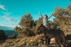 Een mens met een positieve houding in de bergen stock foto