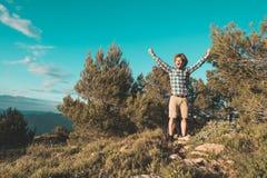 Een mens met een positieve houding in de bergen stock afbeeldingen