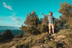 Een mens met een positieve houding in de bergen royalty-vrije stock foto