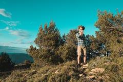 Een mens met een positieve houding in de bergen royalty-vrije stock afbeeldingen