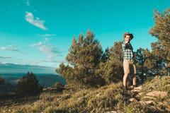 Een mens met een positieve houding in de bergen stock foto's
