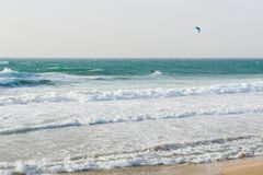 Een mens met valscherm berijdt op een surfplank op grote golven in het overzees of de oceaan royalty-vrije stock foto's