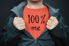 Een mens met woorden 100% me op zijn rode t-shirt Stock Fotografie