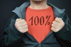 Een mens met woorden 100% op zijn rode t-shirt royalty-vrije stock afbeelding