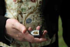 Een mens met een zakhorloge in zijn hand royalty-vrije stock foto's