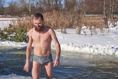 Een mens na het duiken in ijzig water op een Christelijke vakantie royalty-vrije stock foto