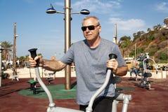 Een mens nam in sporten op de sportengrond in dienst stock foto