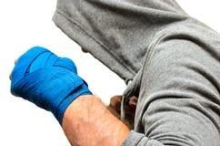 Een mens nam in vechtsporten met verbonden handen en een sweatshirt met een kap in dienst royalty-vrije stock fotografie