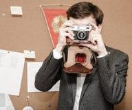 Een mens neemt beelden in het bureau royalty-vrije stock afbeelding