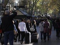 Een mens neemt een beeld van een familie in las Ramblas van Barcelona stock foto