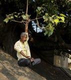 Een mens oefent yoga in de Ganges uit stock afbeeldingen