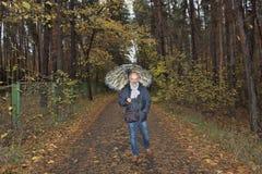 Een mens onder een paraplu royalty-vrije stock afbeeldingen