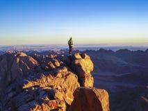 Een mens op een bergbovenkant Royalty-vrije Stock Afbeeldingen