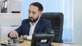Een mens op een commerciële vergadering gebruikt een Tabletpc gadgets Moderne technologieën IPads op de lijst Een mens gebruikt t stock videobeelden