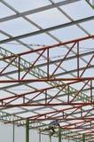 Een mens op een dak Stock Foto