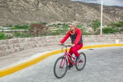 Een mens op een fiets in openlucht, ritten langs de weg Sportengebeurtenissen, sporten het berijden stock afbeeldingen