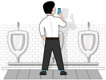 Een mens op een geïsoleerde witte achtergrond in een toilet bij het urinoir, bekijkt de telefoon die in zijn hand houdt royalty-vrije illustratie
