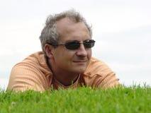 Een mens op het gras royalty-vrije stock afbeeldingen