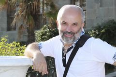 Een mens op middelbare leeftijd bevindt zich in de parkhelft van een draai Royalty-vrije Stock Foto's