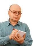 Een mens met een blocnote. Royalty-vrije Stock Foto's