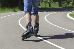 Een mens op rolschaatsen Royalty-vrije Stock Foto's