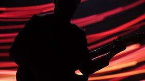 Een mens op stadium speelt elektrische gitaar stock footage
