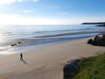Een mens op verlaten strand stock afbeeldingen