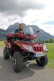 Een mens op vierling vóór de bergen in Beieren Stock Foto's