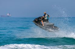Een mens op een watermotorfiets op het overzees stock fotografie