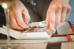 Een mens opent een chocolade, handen royalty-vrije stock foto