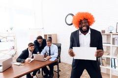 Een mens in een pruik kwam aan een commerciële vergadering Stock Fotografie