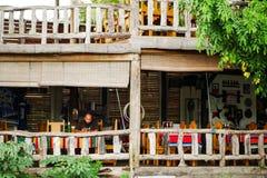 Een mens in een restaurant van het land stock fotografie