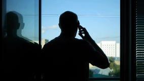 Een mens roept de oude mobiele telefoon stock footage
