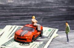 Een mens schept van zijn rijkdom en positie voor een andere persoon op Het kopen van een nieuwe auto de sociale klassenongelijkhe stock foto's