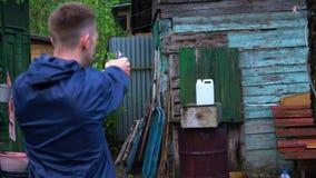 Een mens schiet een kanon bij een bus met water wordt gevuld dat stock videobeelden