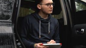 Een mens schildert een beeld op een tablet
