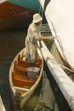 Een mens schildert het lichaam van de houten boot bij de Oude Sundakelapa-Zeehaven van Djakarta opnieuw Royalty-vrije Stock Afbeelding