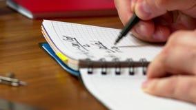 Een mens schrijft op papier stock footage