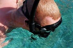 Een mens in een snorkelend masker Royalty-vrije Stock Afbeeldingen