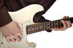 Een mens speelt de elektrische gitaar Royalty-vrije Stock Afbeeldingen