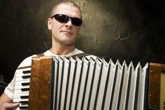Een mens speelt de harmonika royalty-vrije stock afbeeldingen