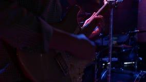 Een mens speelt een gitaar stock videobeelden