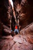 Een mens springt van steen in de canion van Jenny ` s binnen Sneeuwcanion Stock Foto