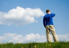 Een mens tegen hemel stock afbeelding