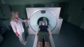 Een mens in een tomografiemachine, hoogste mening stock videobeelden