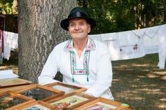 Een mens in traditionele kleding Royalty-vrije Stock Afbeelding