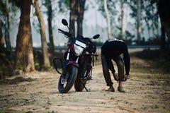Een mens treft om op de fiets te berijden voorbereidingen - voorraadfoto royalty-vrije stock foto's