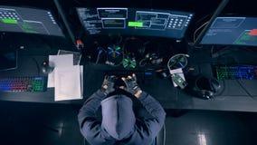 Een mens typt op een toetsenbord, het binnendringen in een beveiligd computersysteem, hoogste mening stock footage