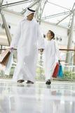 Een mens Van het Middenoosten en zijn zoon het winkelen Stock Foto